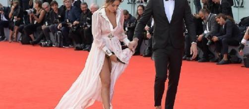 Sonia Lorenzini e l'abito dallo spacco vertiginoso a Venezia
