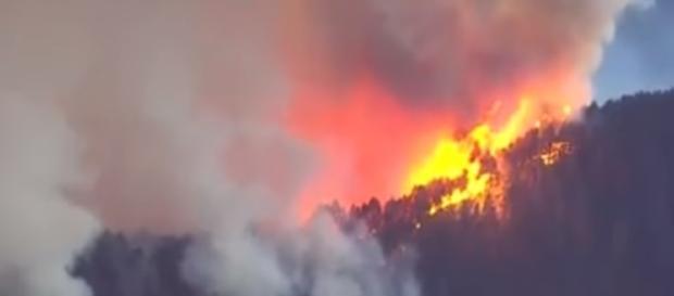Eagle Creek Fire threatens Multnomah Falls, fire crosses into Washington state - youtube screen capture / Sky 8 News
