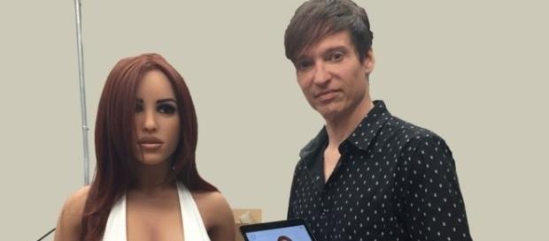 Matt McMullen insieme ad Harmony, la prima robot erotica