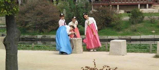 Tourists at Gyeongbokgung Palace in Seoul, South Korea (Credit – G41m8 – wikimediacommons)