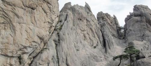 """Diamond Mountains""north of the Demilitarized Zone (Vredit – yeowatzup – wikimediacommons)"