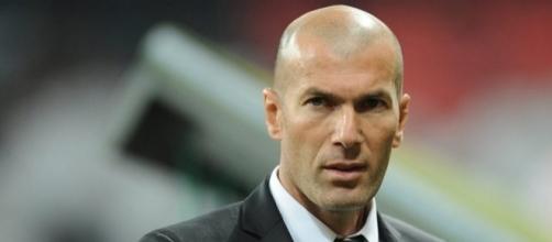 Zinedine Zidane, entrenador del Real Madrid, con gesto concentrado