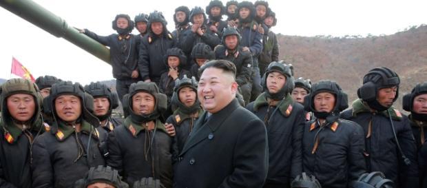 Kim Jong Un circondato da militari (foto KCNA)
