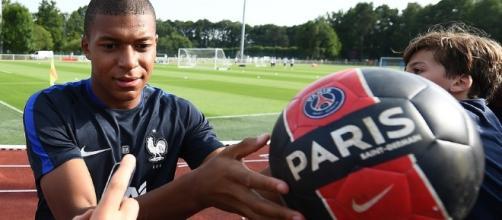 Mercato : Kylian Mbappé signe officiellement au PSG - rtl.fr