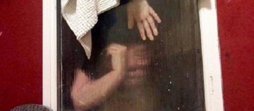 Mulher ficou presa na janela do banheiro (Foto: SWNS)