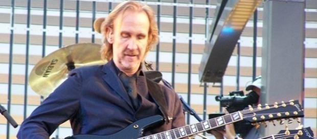 Mike Rutherford durante un concerto dei Genesis