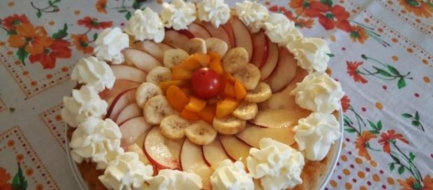 Pan di spagna alla crema guarnito con la frutta