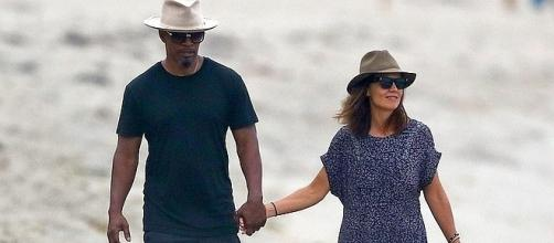 Jamie Foxx and Katie Holmes walk on Malibu beach [Image: Entertainment Tonight/YouTube]
