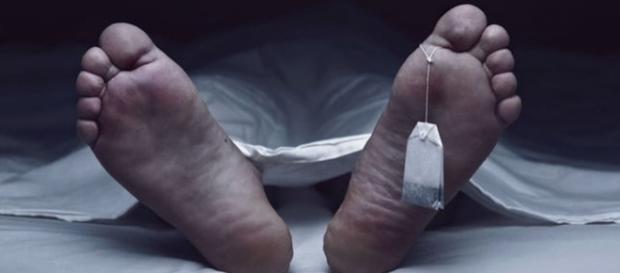 As enfermeiras ficaram tão curiosas em relação à genitália do morto, que não se aguentaram e tiveram que conferir