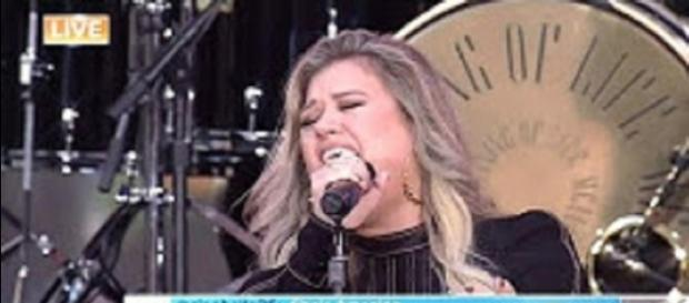 "Kelly Clarkson sings to a packed Rockefeller Plaza and sings with daughter, River Rose, too on ""Today."" Screencap KobeAnd8/YouTube"