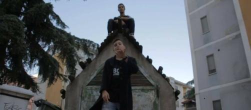 Glasond nel video di Pip Boy, traccia principale dell'album