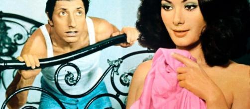Pippo Franco ed Edwige Fenech in 'Giovannona Coscialunga disonorata nell'onore' (1973)