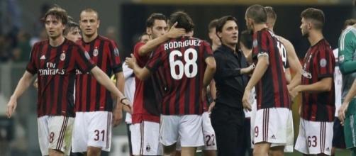 Vincenzo Montella discute con i suoi giocatori al termine della partita