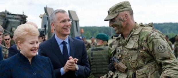 """Secretarul General NATO Jens Stoltenberg în timpul participării la exercițiul militar """"Iron Wolf 2017"""" din Lituania - Foto: www.army.mil"""