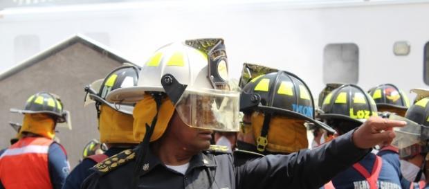 Un bombero mexicano en las operaciones de rescate