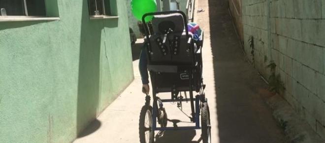 Menino cadeirante é 'largado' em escola e mãe chora desesperada