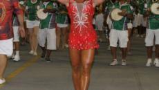 Gracyanne Barbosa mostra as pernas e tira suspiros