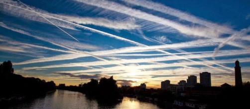 Aspecto del cielo con chemtrails. Public Domain.