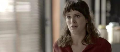 """Clara se desespera em """"O Outro Lado do Paraíso"""""""