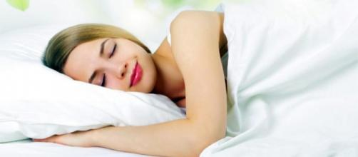 Dormire bene aiuta a seguire una dieta più equilibrata