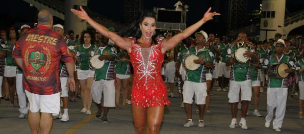 Com pernas exuberantes, Gracyanne Barbosa dá show em ensaio para a Sapucaí