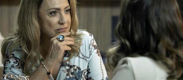 Nádia, em conversa com Clara, protagonista.