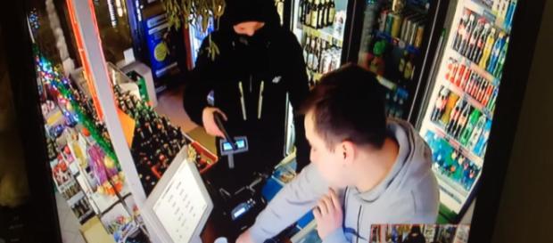 Próba napadu na sklep monopolowy na warszawskiej Pradze (screen YouTube)