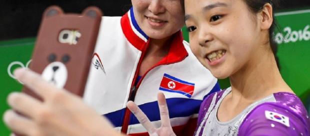 Una foto storica: la nordcoreana Hong Un-jong (a sinistra) e la sudcoreana Lee Eun-ju si fanno un selfie alle Olimpiadi di Rio (foto Reuter)