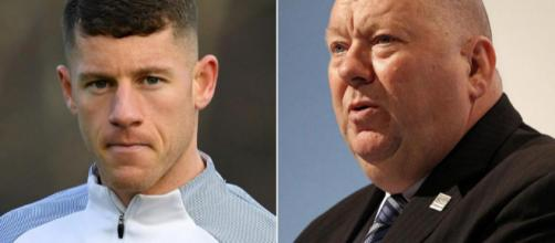 A gauche, Ross Barkley, nouveau joueur de Chelsea. A droite, le maire de Liverpool, Joe Anderson, fâché par son départ.
