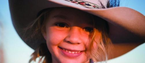 """Amy """"Doll"""" Everett quando aveva fatto la modella per i cappelli di Akubra (fonte corriere.it)"""