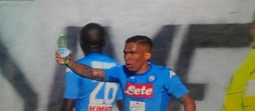 Il difensore del Napoli Koulibaly vittima di un brutto gesto da parte dei tifosi atalantini