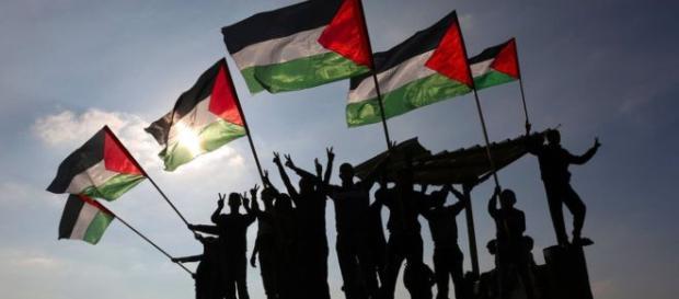 jóvenes levantaron banderas palestinas en una protesta en la frontera de Gaza con Israel el martes