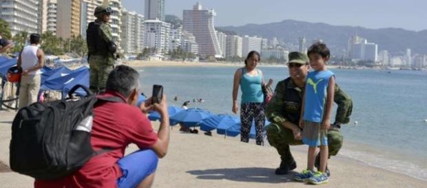 Soldados mexicanos patrullan la playa en Acapulco, el Departamento de Estado aconseja no viajar allí