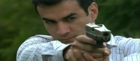 Bruno, personagem de 'Sortilégio', segurando uma arma