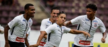 Apesar de jogar mal, Corinthians se classifica para a próxima fase da Copinha