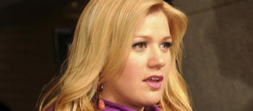 Kelly Clarkson looking stunned - Kathy Reesey via Wikimedia Commons