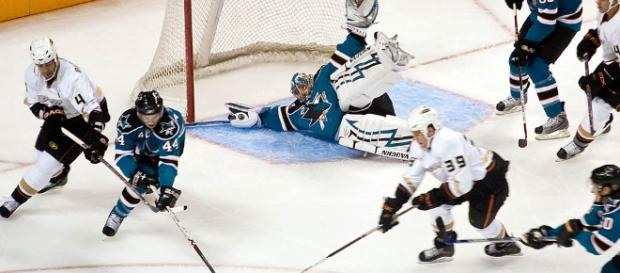 Hockey game in action/Wikipedia
