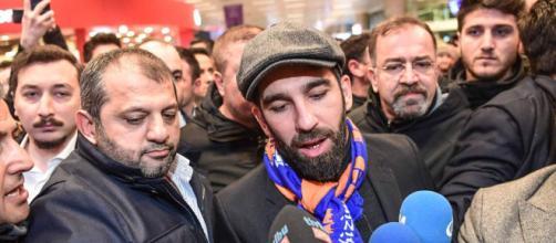 Fuerte pelea entre fanáticos y policías a la llegada de Turan.