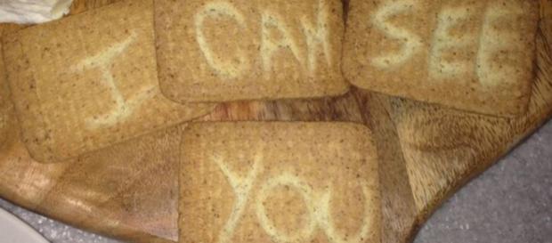 Biscoitos formavam a frase ''Eu posso ver você''. Foto: Reprodução.