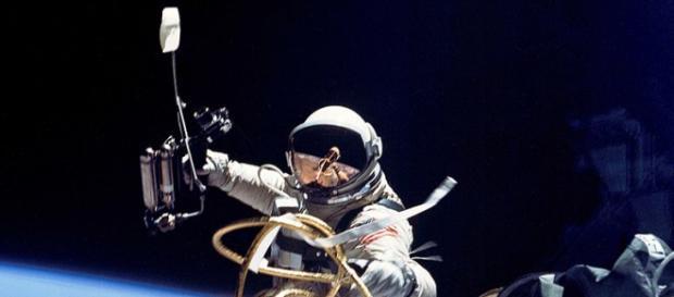 Astronaut performing a spacewalk (Image credit –Soerfm, Wikimedia Commons)