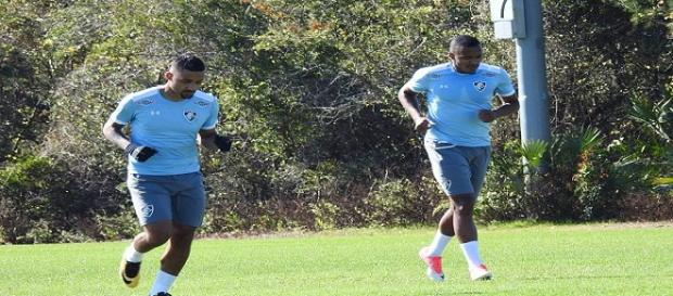 Marlon Freitas (à direita) abriu o caminho da vitória do Flu em jogo-treino neste domingo (Foto: Hector Werlang/Globoesporte)