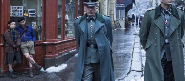 Una scena del film 'Un sacchetto di biglie': il pericolo nella Francia occupata.