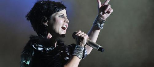 Dolores O'Riordan cantante muere en una habitación de hotel.
