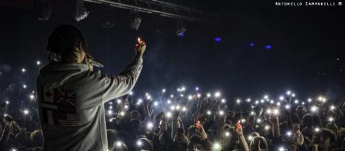 Ghali, astro nascente del rap italiano, durante un live