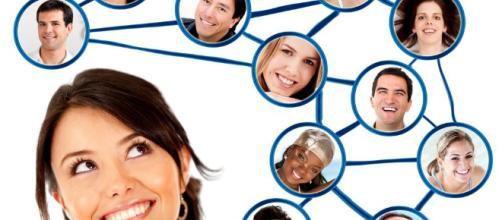 Las relaciones sociales se establecen dentro y fuera de Internet. Public Domain.