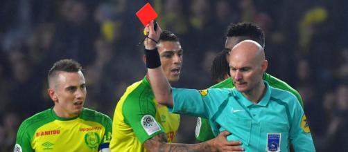 Nantes-PSG: l'arbitre Tony Chapron tacle Diego Carlos et l'expulse ! - francetvinfo.fr