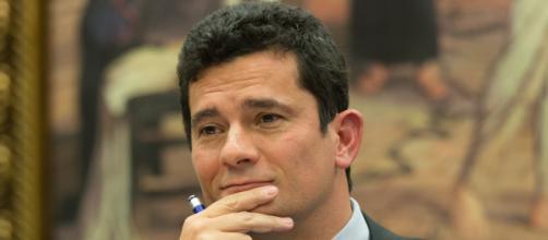 Juiz brasileiros 'caçam' políticos, mas com 'jeitinho' recebem acima do teto.