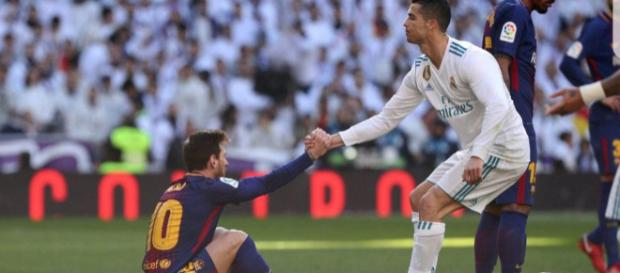 Cristiano Ronaldo ayuda a Leo Messi en un lance del partido