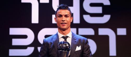 CR7 recibiendo el premio The Best, al mejor jugador del año