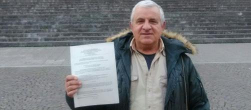 L'avvocato Ugo Morelli mostra l'esposto-querela appena presentato